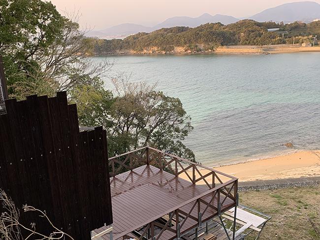 海辺のそばにあるウッドデッキ(大阪府 前田設備様ご施工)