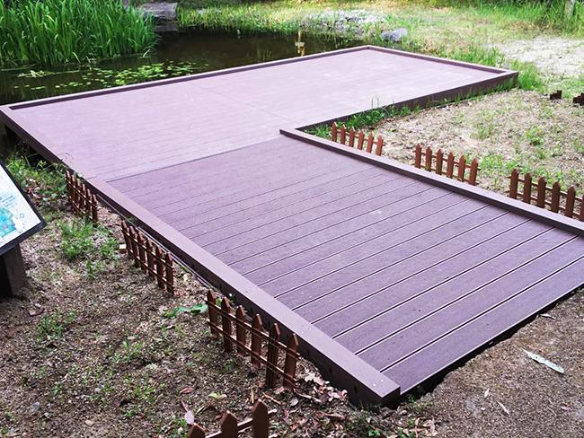 ウッドデッキ 人工木材 公園